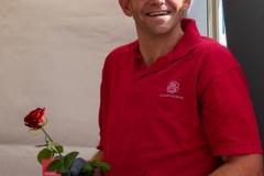 En glad mand med en smuk rose. Foto:Karen Bjerggaard