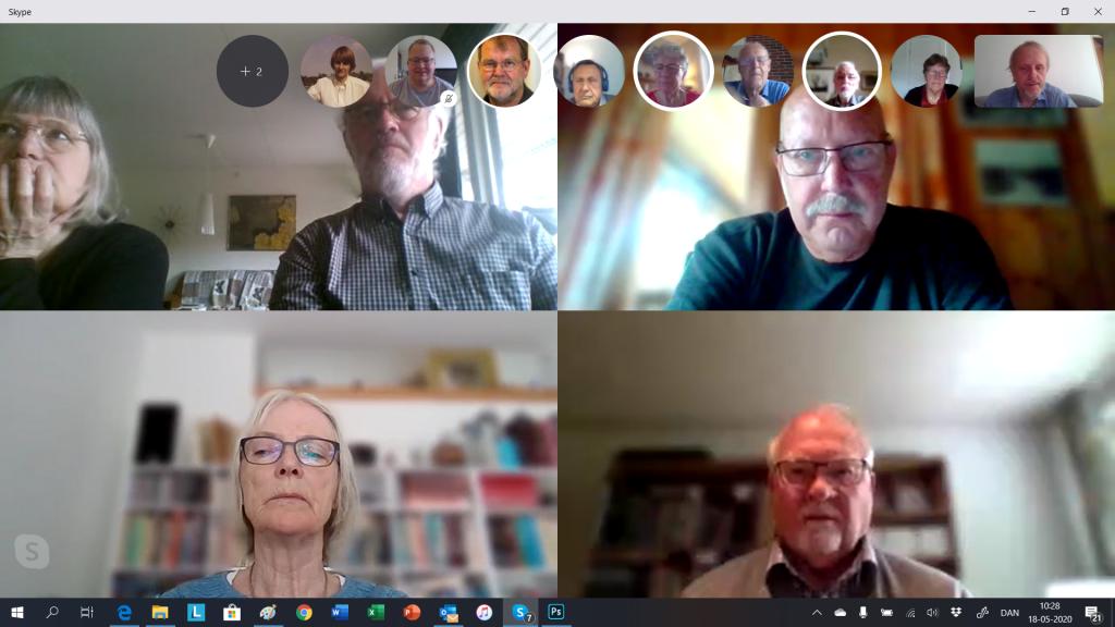 Vi har nu i et par måneder mødtes udelukkende via Skype. Nu skal vi have det hele til at fungere både med fysisk fremmøde, at være i to lokaler og have deltagere med på video hjemmefra. Her ses deltagerne i Skype-mødet mandag den 28. maj 2020.