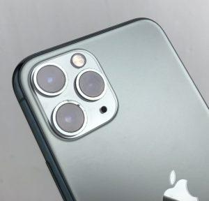 iPhone 11 Pro har hele tre kameraer: ultravidvinkel, vidvinkel og tele (2x). Der er trinsløs skift fra den ene til den anden, når der zoomes ud eller ind.