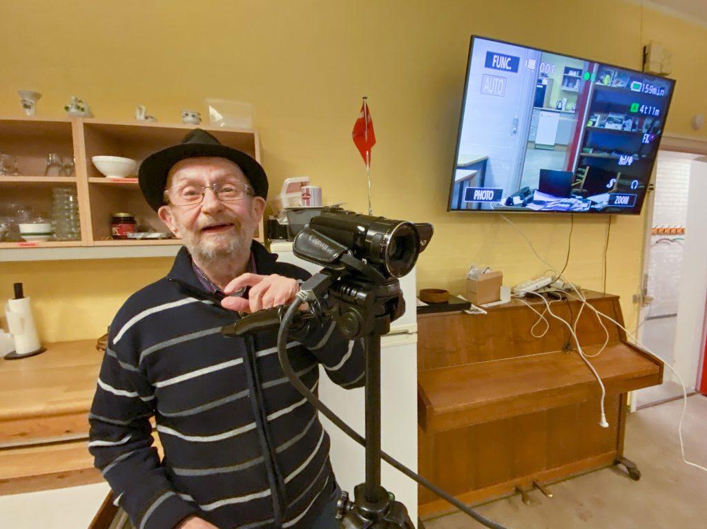 Johnny Bjørnestad står parat denne mandag med to videokameraer til direkte transmission mellem to rum. Det er testet!