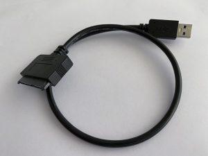 Et SATA- til USB-adapter. Så behøver du ikke engang et harddiskkabinet! Klik på billeder for at blive ført til en dansk netbutik, der sælger det.