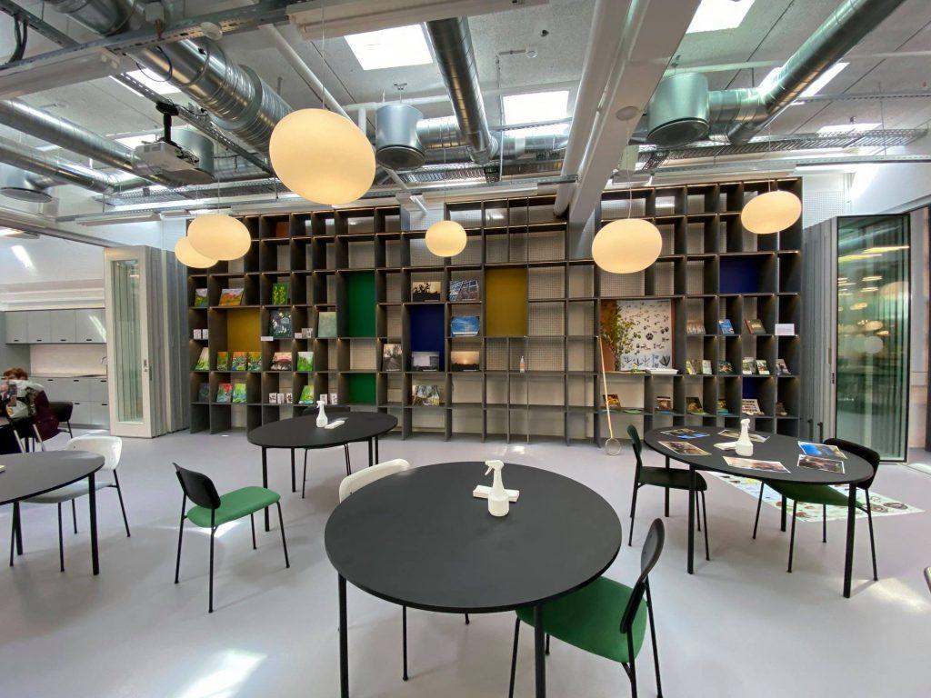 Et af klubbens nye lokaler. Der er glasskydedøre i hver ende, så rummet kan gøres større. Foto: Lars Laursen.