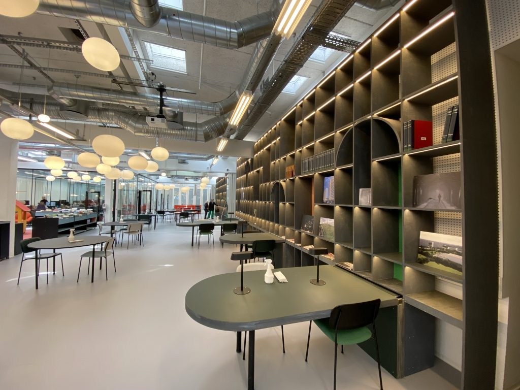 Fordragsrummet i Bibliotek+. Længere nede er foreningslokalet. Begge lokaler står til klubbens rådighed. Foto: Lars Laursen.