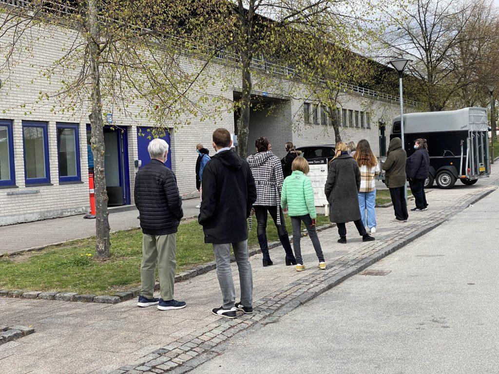 Kø ved teststedet i Høje Gladsaxe. Foto: Lars Laursen.