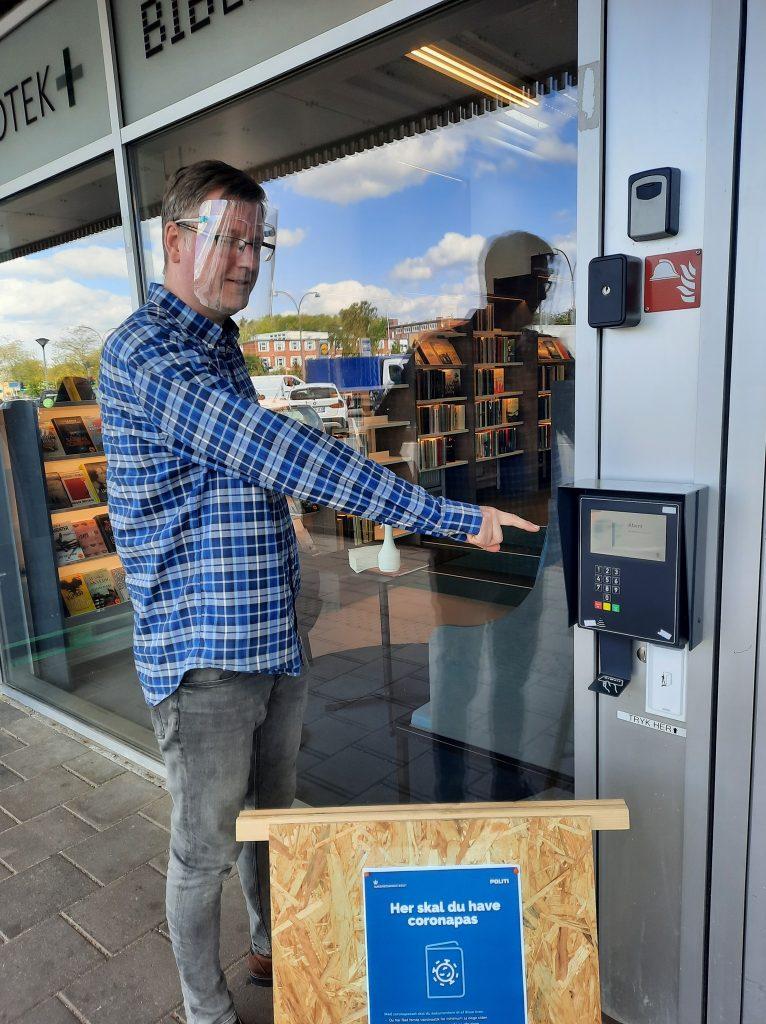 Martin Timmermann Andersen, leder af Bibliotek+, viser her hvor du kan skanne dit sundhedskort. Foto: Bibliotek+.