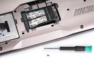 En bærbar pc med hele to SSD-drev af NVMe-typen.